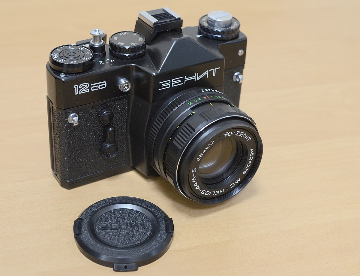 1200px-ZENIT_12SD_(XP)_camera,_production_date_May_27_1991_in_USSR_on_Krasnogorsk_plant,_serial_number_91023463,_lens_serial_number_91189821
